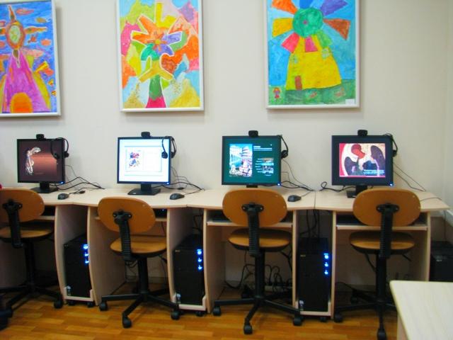 Компьютеры в зале Ресурсного центра, с запущенными образовательными программами
