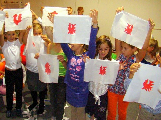 Дети на мастер-классе в технике шелкографии