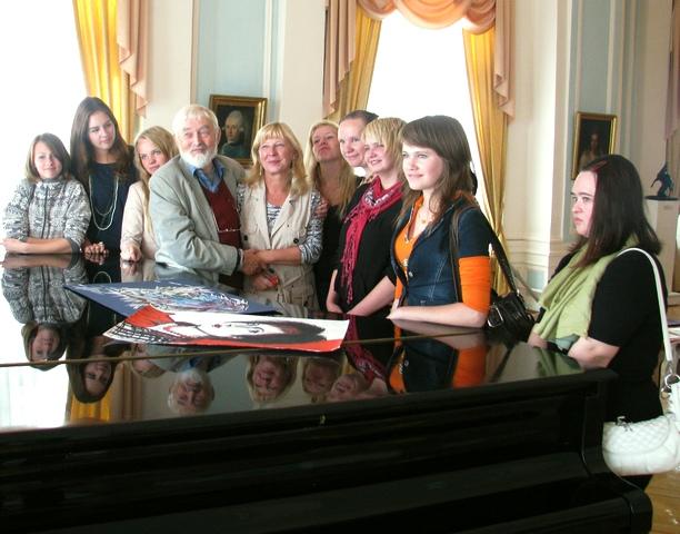 Мюд Мечев и Анита Дункерс с участниками конкурса