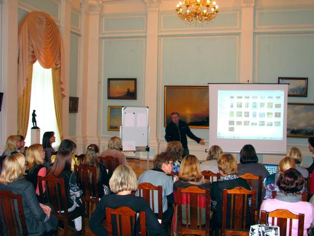 Аркадий Морозов ведет лекцию