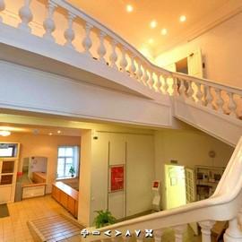 Вестибюль и парадная лестница